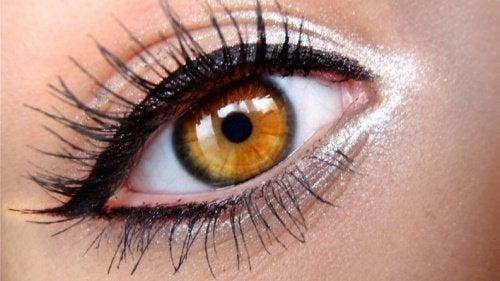 souligner les yeux dans un style grec