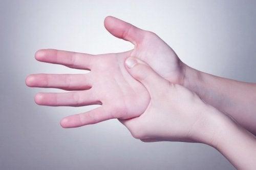 Réénergiser le corps avec un massage des mains.