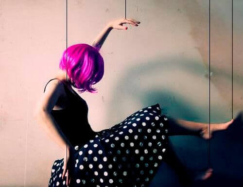 Femme-perruque-rose-500x385