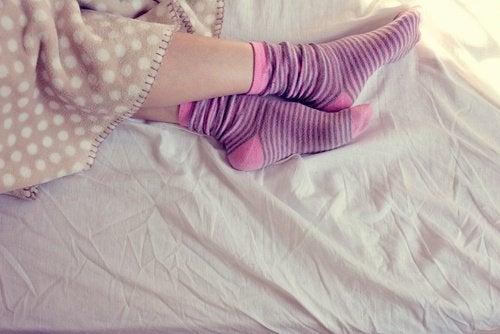 personne qui dort avec des chaussettes