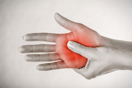 fourmillement pieds et mains causes