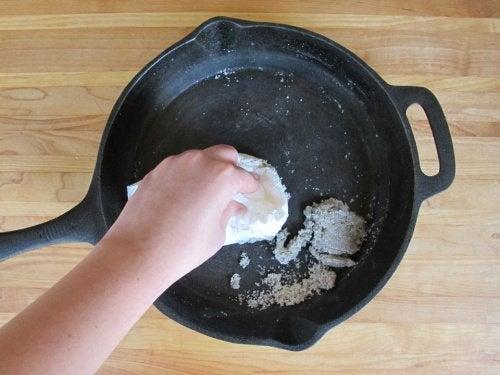 9 astuces pour éviter que les aliments n'adhèrent à vos poêles