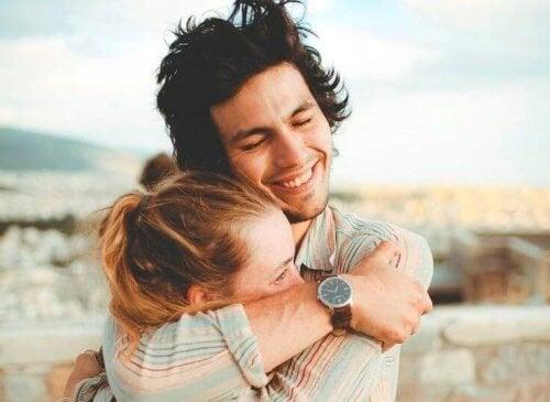 exercices pour améliorer la relation de couple : calins