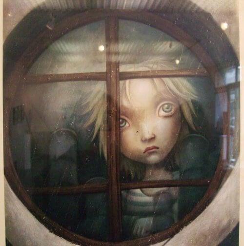 Enfant-triste-derriere-la-fenetre-500x504