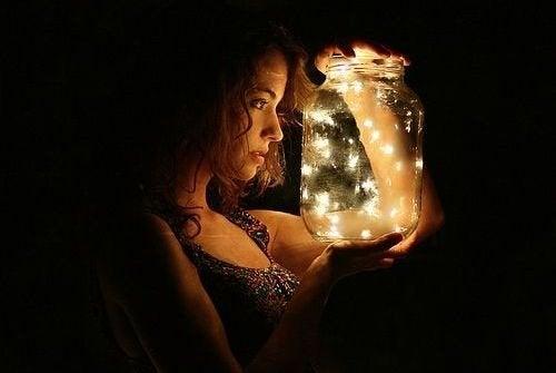 Femme-avec-lanterne-lucioles-500x335