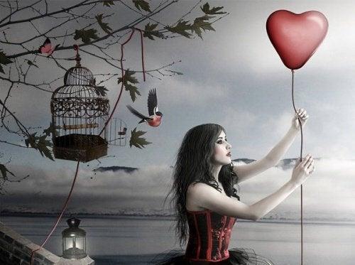 Femme-avec-un-ballon-coeur-1-500x373