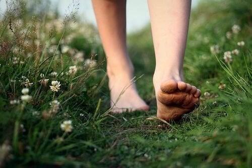 Femme-pieds-nus-marchant-libre-500x333