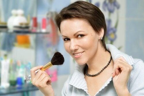 femme qui se maquille