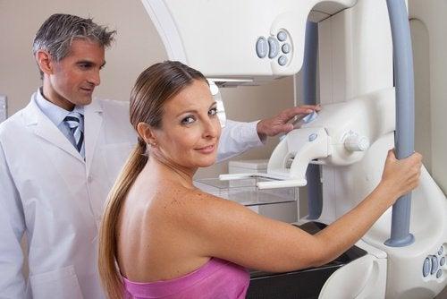première mammographie : vous sentirez une compression désagréable