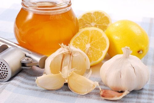 remède avec de l'ail, citron et miel