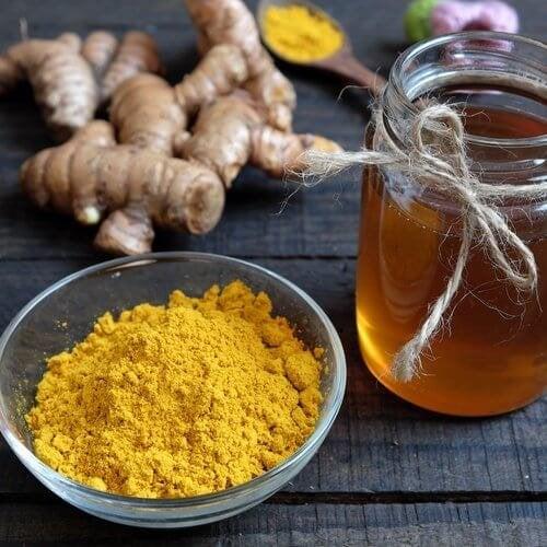 Apprenez à préparer le remède du curcuma au miel.