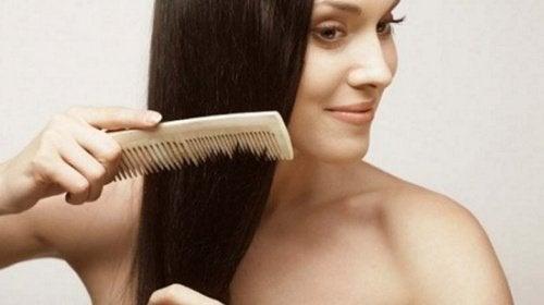7 astuces pour prévenir la chute des cheveux : coiffez-vous tous les jours
