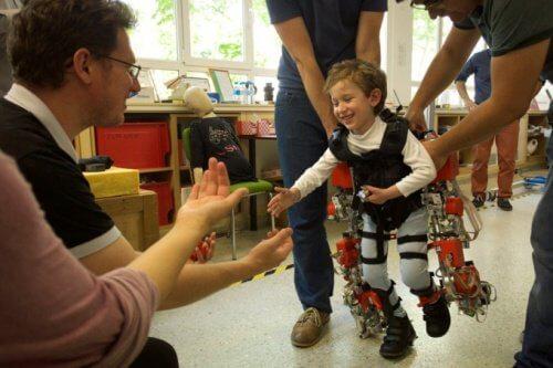 Cet exosquelette permet à des enfants paraplégiques de marcher à nouveau