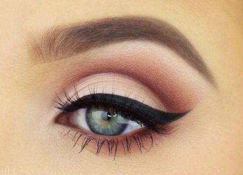 L'eye-liner permet de changer le regard et par conséquent votre visage.