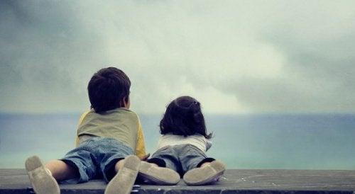 Les grands frères et sœurs sont des compagnons dans la vie.