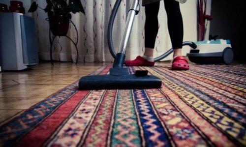 Surveillez vos tapis et moquettes pour éviter les mauvaises odeurs.