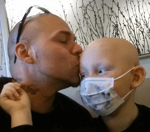 Gabriel et son père pendant la phase de traitement du cancer.