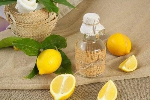 Le jus de citron pour nettoyer les rideaux de douche.