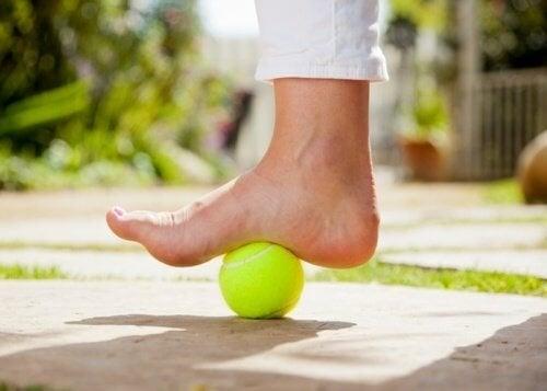 Comment utiliser une balle de tennis pour soulager la douleur de la fasciite plantaire
