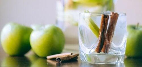 cannelle et pomme dans un verre