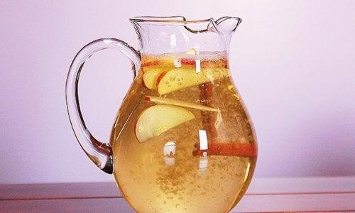 L'eau à la cannelle, à la pomme et au citron pour perdre du poids. Excellent !