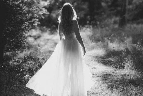 femme-se-promenant-500x334