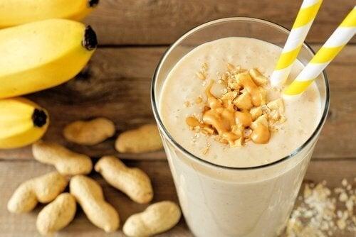 smoothie à la banane et beurre de cacahuètes