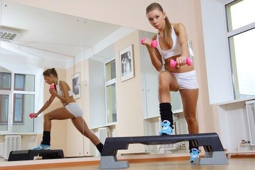 exercices pour lutter efficacement contre la cellulite : le step