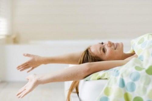 Les bienfaits de dormir nu : rester plus jeune