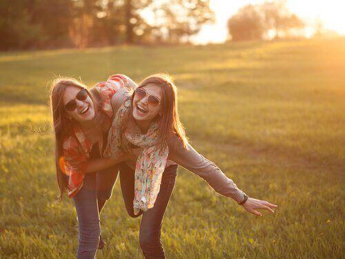 amis-souriant-dans-un-champ