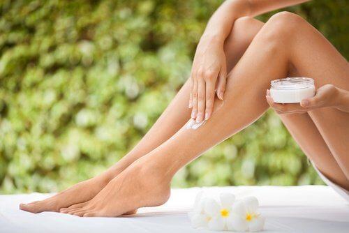 Traiter la peau sèche des jambes.