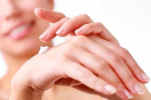 Traiter la peau sèche des mains.