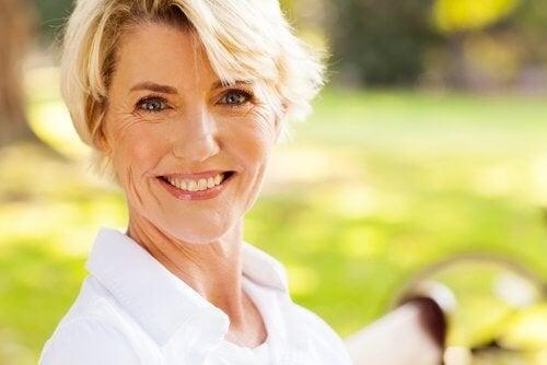 femme heureuse et ménopause saine