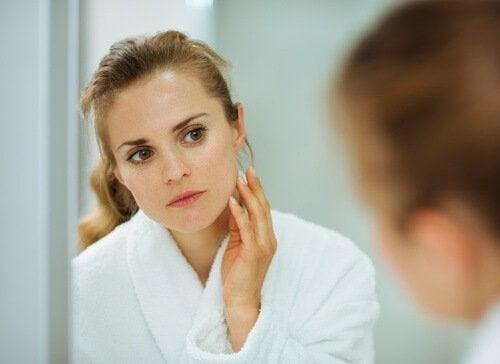 Des masques pour éliminer les taches sur le visage