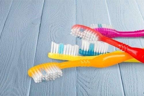 Eliminer la poussière avec des brosses à dents.