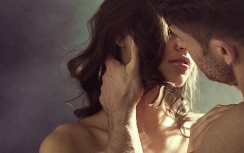 couple-s-embrassant-500x314