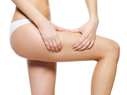 jambe avec de la cellulite