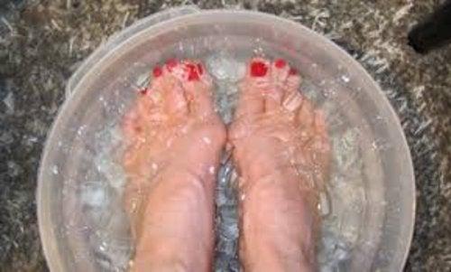 Eau froide avec glaçons pour les pieds