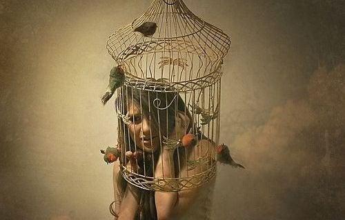 femme-cage-sur-la-tete-1-500x319