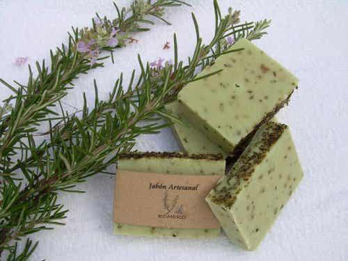 Découvrez comment faire du savon au romarin pour la peau grasse
