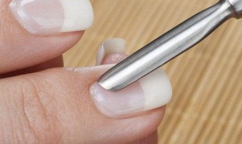 Les cuticules des ongles cassants.