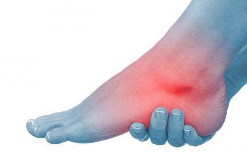 6 remèdes naturels pour les mollets et les pieds gonflés