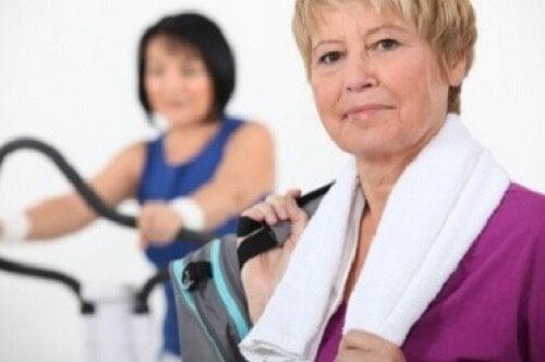 femmes ayant la ménopause qui font du sport