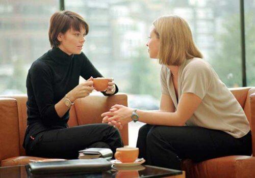 deux jeunes femmes qui discutent