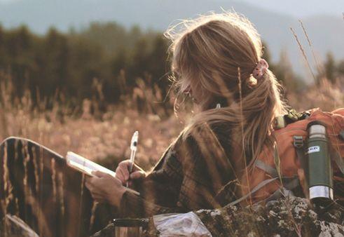femme-ecrivant-une-lettre-en-plein-air