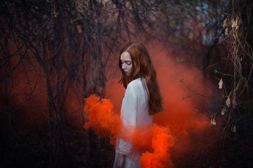 femme et fumée rouge