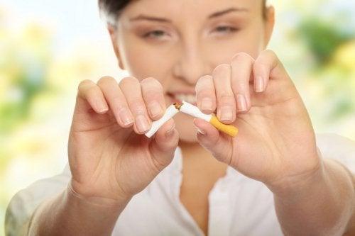 femme cassant une cigarette