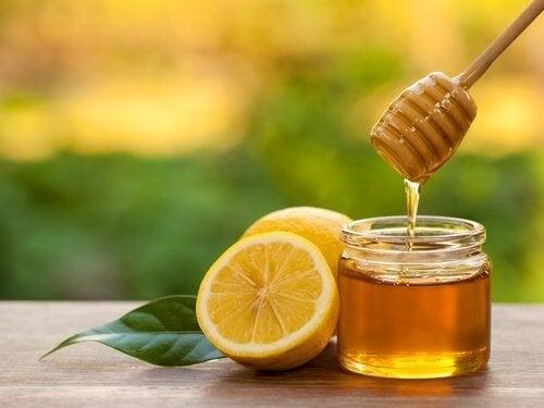Les effets du miel à l'ail et au citron.