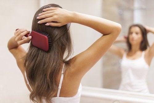 femme qui se brosse les cheveux
