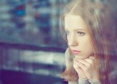 femme-regardant-dans-le-verre-500x294